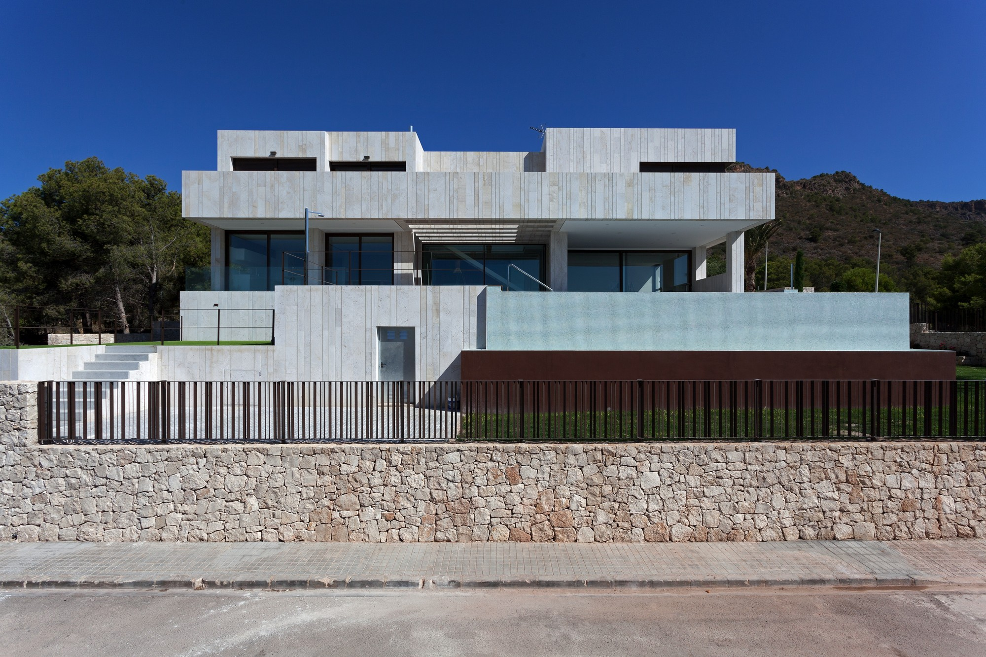 Gallery of monasterios house antonio altarriba comes 2 for House front side wall design