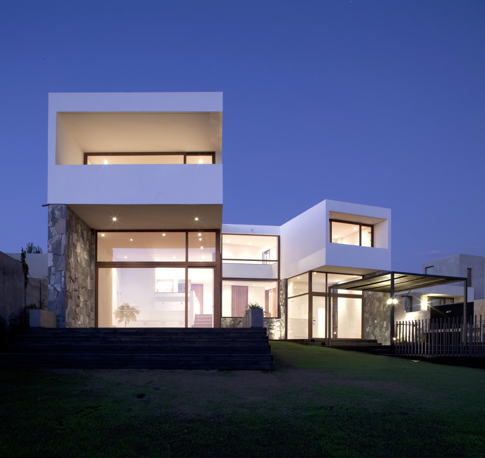 Modern Exterior Of Home With Pathway Transom Window: Smith / EMa Arquitectos + Raimundo Salgado