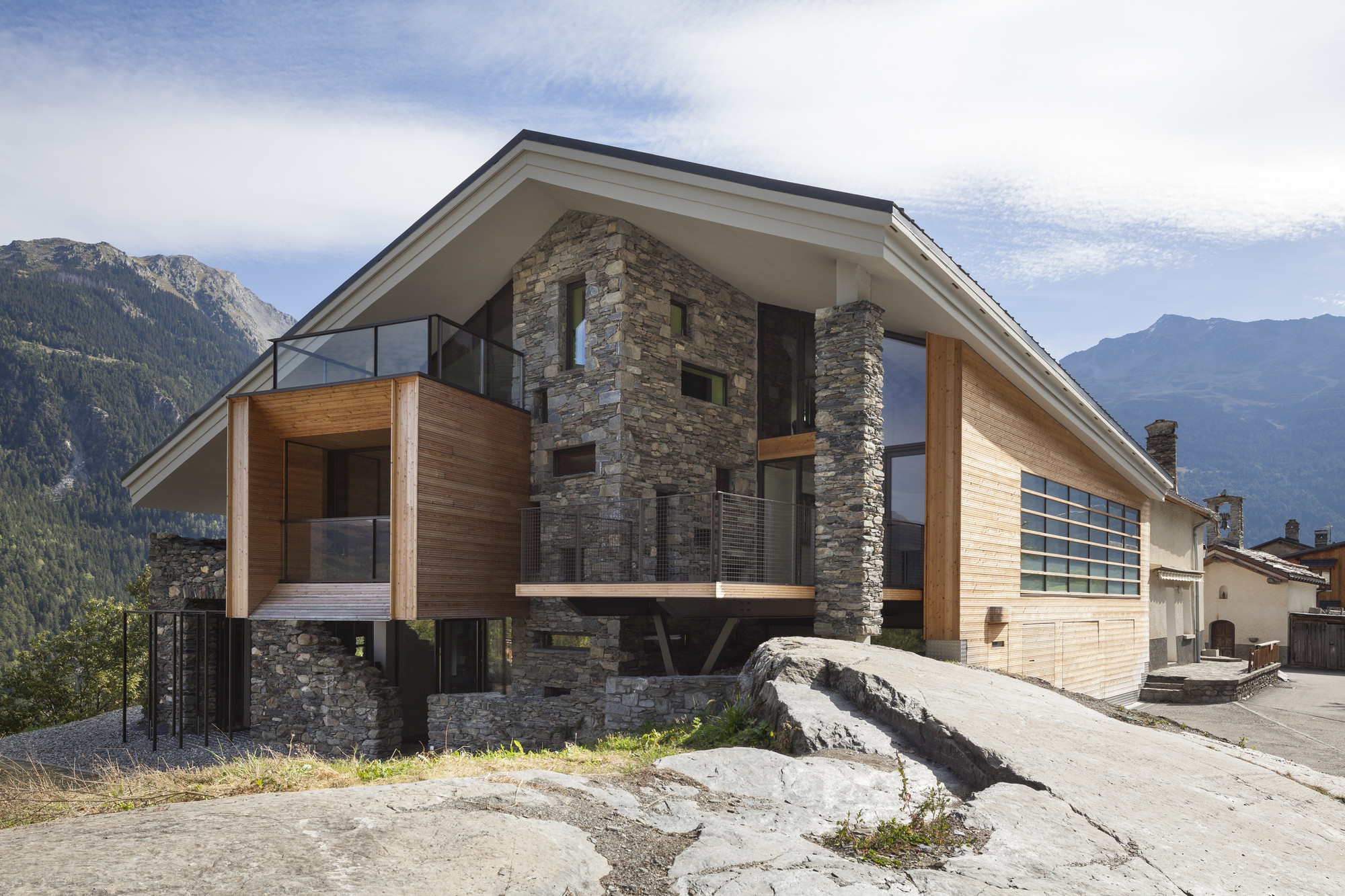 Mineral lodge atelier d architecture christian girard for Mountain house media