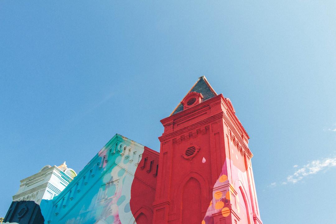 Un antigua iglesia completamente cubierta en Graffiti, © Hense