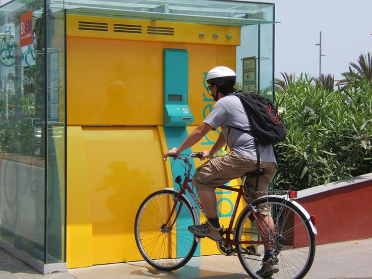 Dois incríveis estacionamentos para bicicletas , Cortesia de Plataforma Urbana