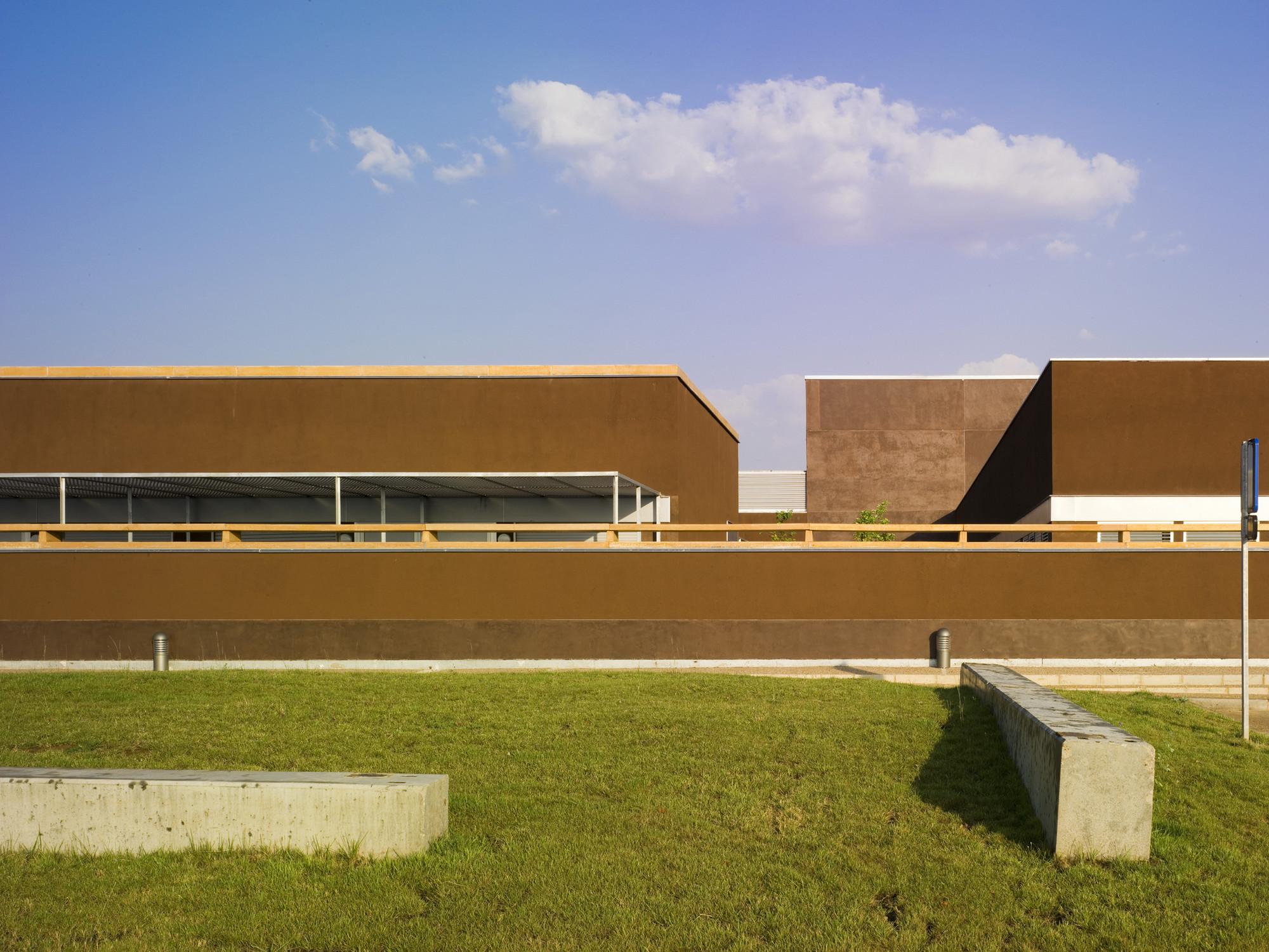Tierra De Barros Hospital / EACSN + Junquera Arquitectos