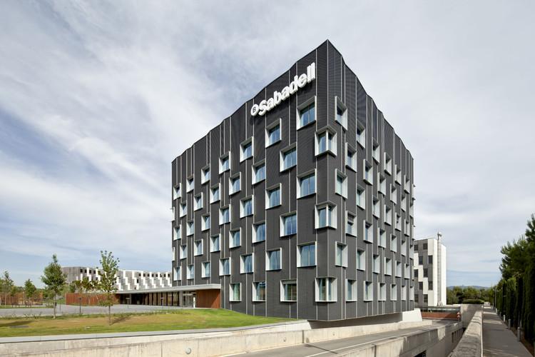 Sede Central Banc Sabadell / Bach Arquitectes, © Adrià Goula