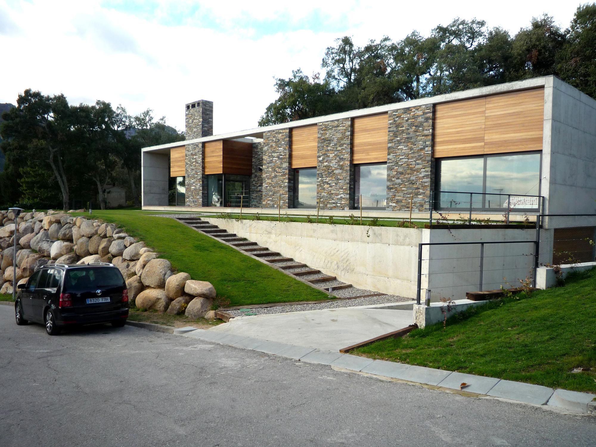 Resid ncia em montseny salas studio archdaily brasil for Casas modernas rectangulares