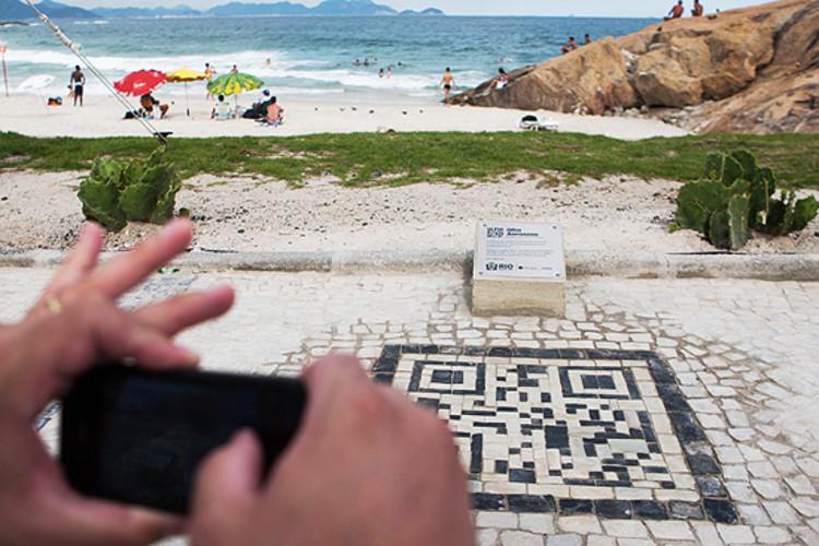 Códigos para smartphone farão parte da paisagem do Rio de Janeiro, O primeiro QR Code instalado na praia do Arpoador, no Rio de Janeiro © Danilo Verpa/Folhapress
