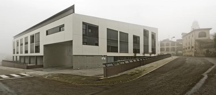 Edificio de 37 Viviendas y un Centro de Atención Primaria en Les Preses / LEP Arquitectura + XCM Arquitectura, © Espai Androna