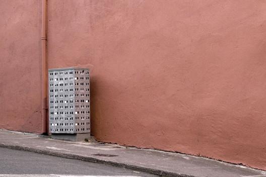 Arte y arquitectura: Transformación de superficies urbanas insólitas en edificios miniatura, Cortesia de idnworld.com