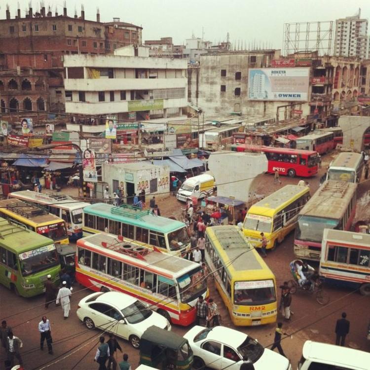 Criam o primeiro mapa de percursos de ônubus públicos de Dhaka, Bangladesh, Cortesia de Kickstarter.com