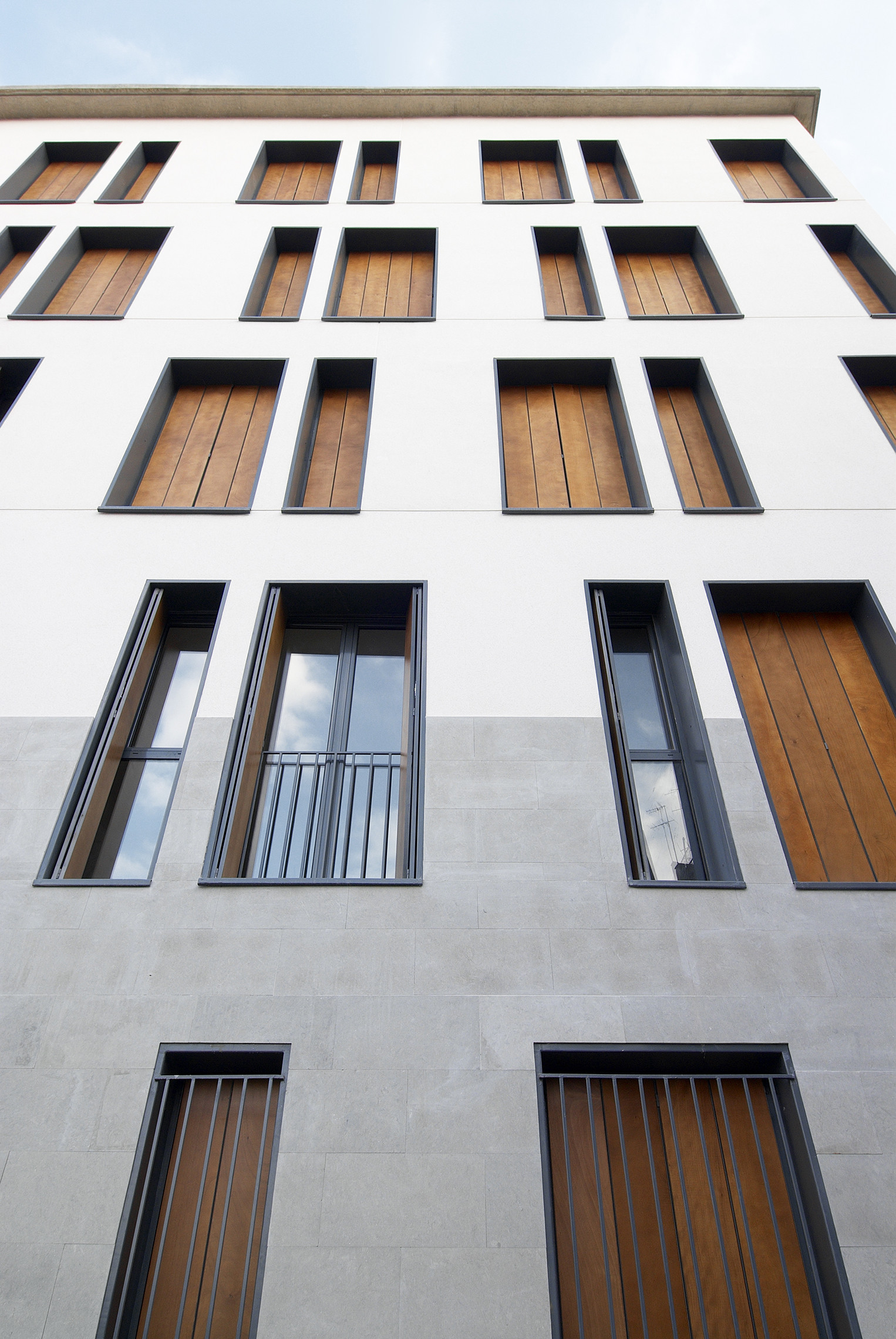 Gallery of 19 dwellings on viana street garc a floquet for Architecture windows