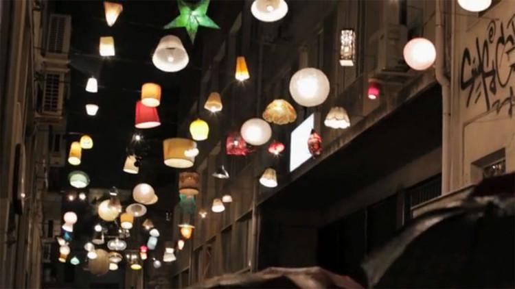 """""""Pittaki"""" Vecinos de Atenas donan sus lámparas para iluminar las calles / Beforelight, Cortesía de Popupcity"""