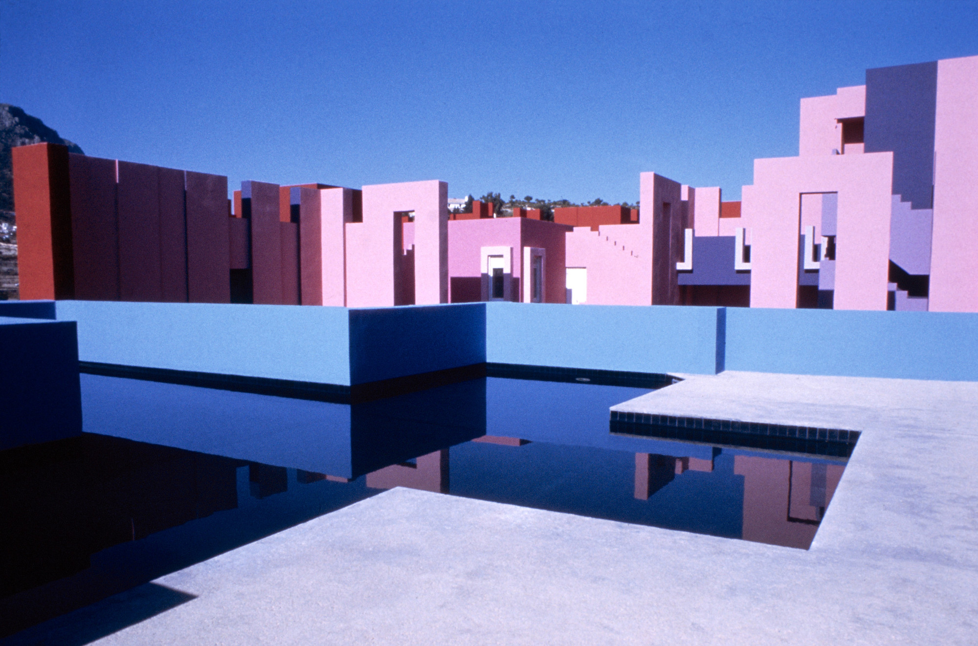 gallery of ad classics la muralla roja ricardo bofill 11. Black Bedroom Furniture Sets. Home Design Ideas