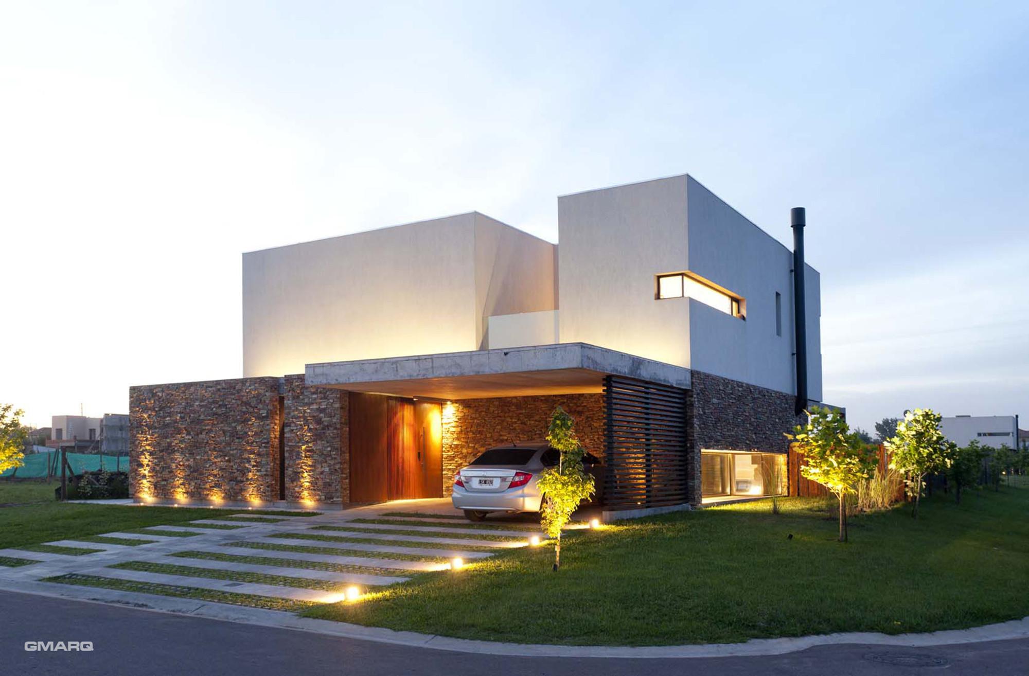 Gallery of a house estudio gmarq 2 for Fachadas de casas modernas iluminadas