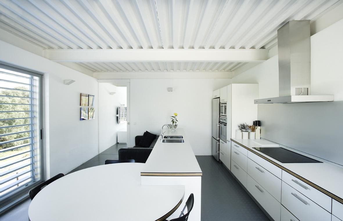 Galer a de casa en las rozas madrid juan herreros for Casa minimalista interior negro
