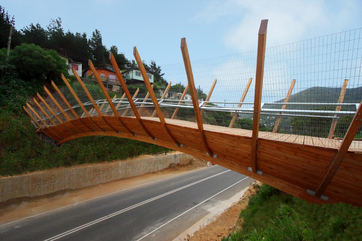 Puente peatonal en Zapallar / Enrique Browne, ©  Enrique Browne