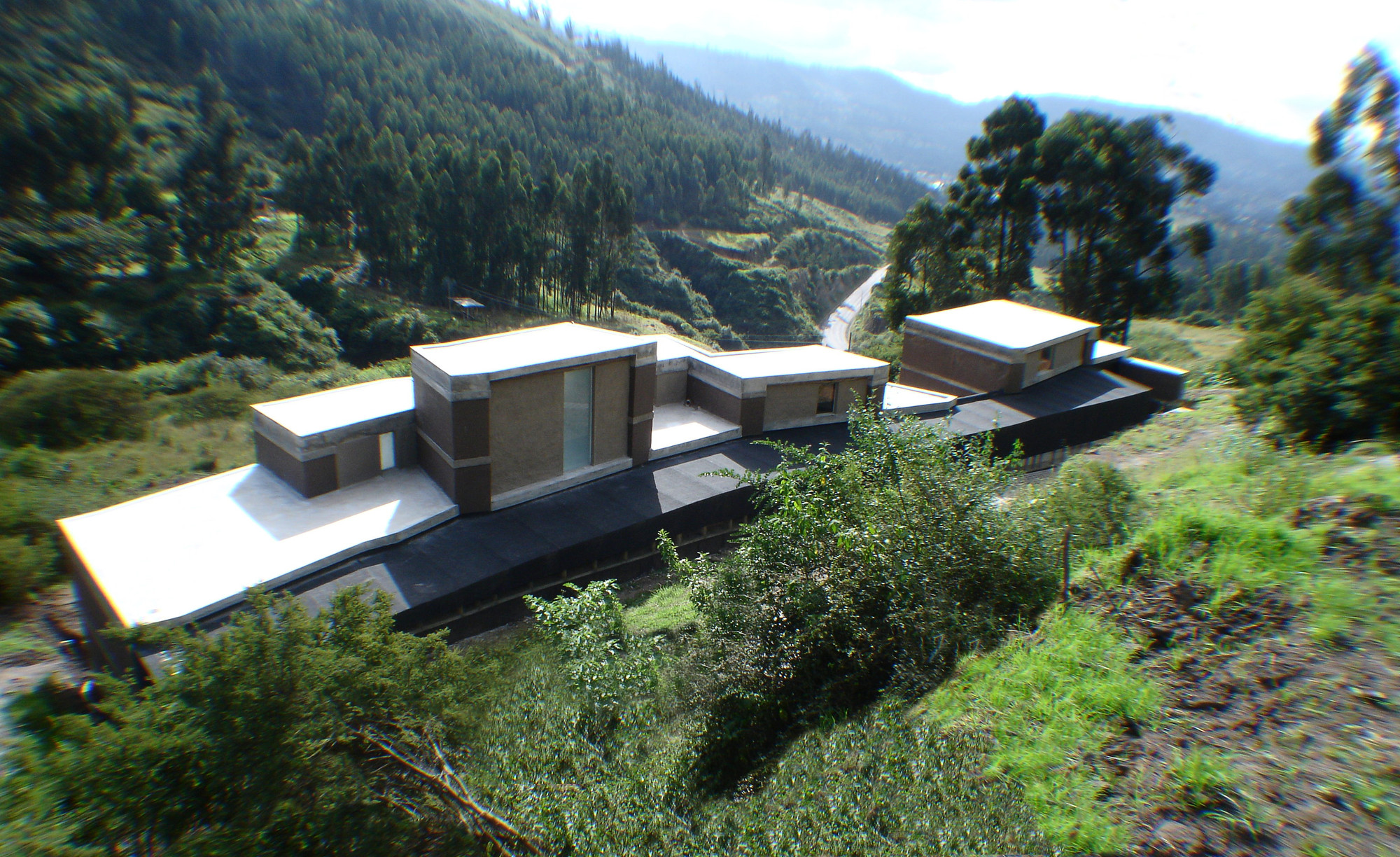 Casa entre muros al borde plataforma arquitectura - Casa con terreno murcia ...