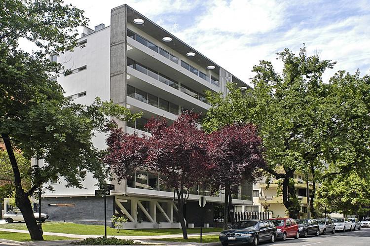 Gen Carmen Sylva Building / Chauriye Stäger Arquitectos, © Ricardo Ferreira