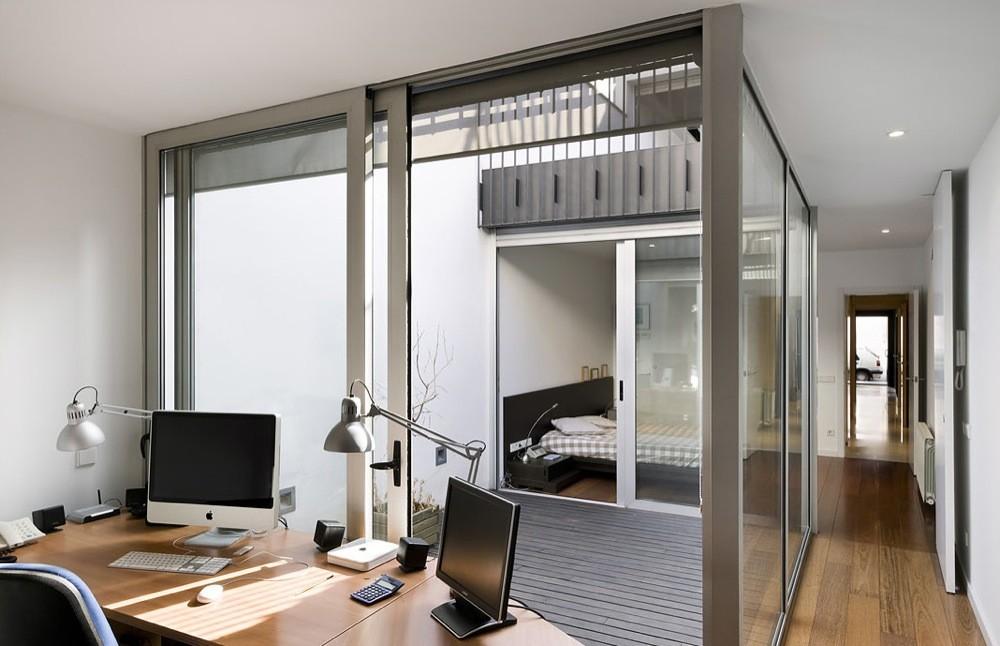 Casa 127 h arquitectes plataforma arquitectura for Casas largas y estrechas