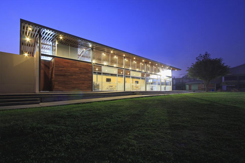 Galer a de proyecto sala de usos m ltiples colegio privado for Salon de usos multiples programa arquitectonico