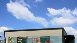 Casa con persianas de concreto / StudioGreenBlue