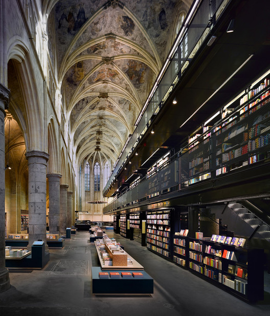 Esta iglesia del siglo 13 ha sido renovada para contener una biblioteca en Holanda, Cortesía de Cush Design Studio