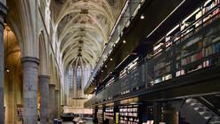 Esta iglesia del siglo 13 ha sido renovada para contener una biblioteca en Holanda