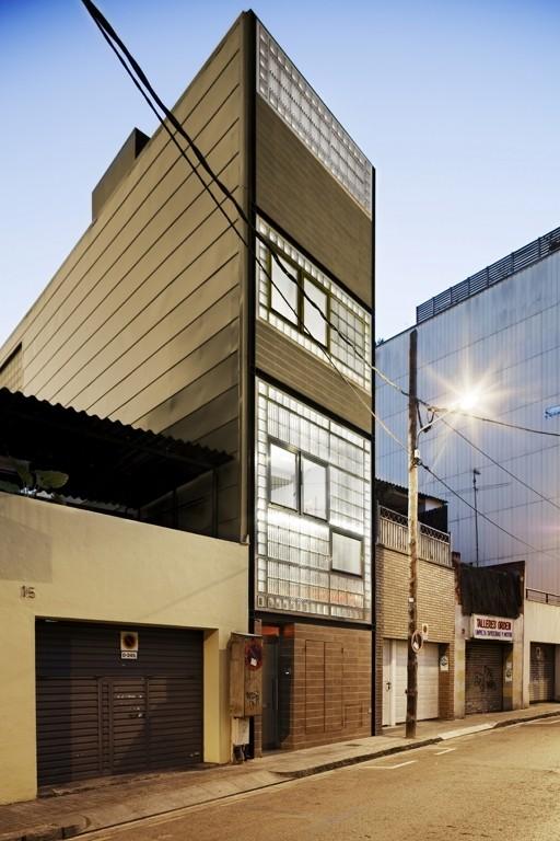 Vivienda unifamiliar entre medianeras ferrolan lab for Fachadas de casas modernas entre medianeras
