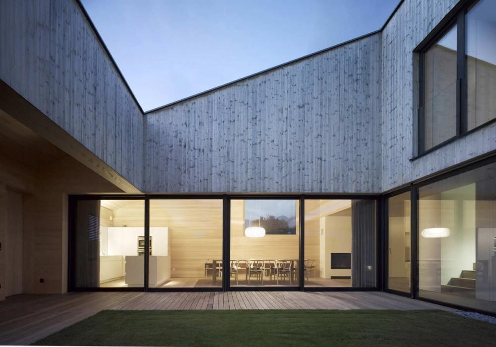 Casa de madera con patio interior / DI Bernardo Bader, © DI Bernardo Bader