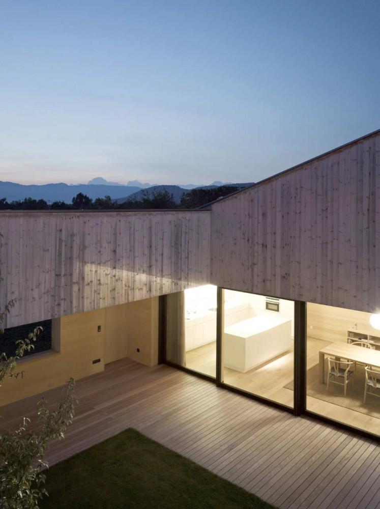 Galer a de casa de madera con patio interior di bernardo for Casas de madera para patios