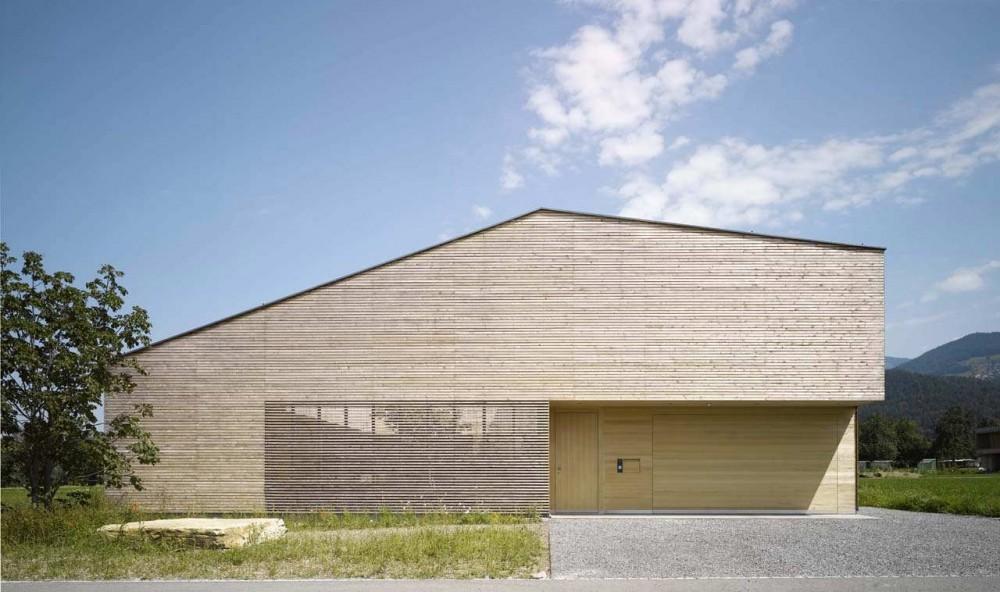 Casa de madera con patio interior / DI Bernardo Bader   Plataforma ...
