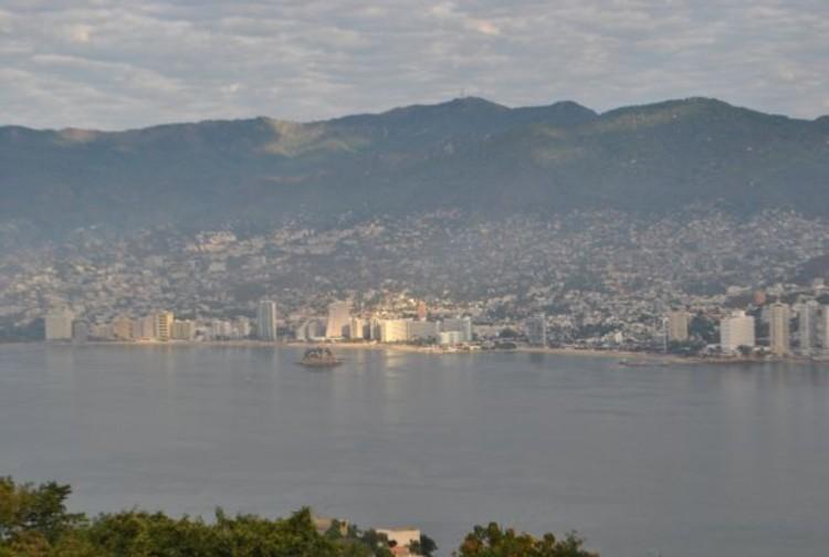 Lost Acapulco - Violência e fantasia espetacular junto ao mar, A baía de Acapulco: uma metrópole hiperviolenta em um contexto paradisíaco - Cortesia de Plataforma Urbana