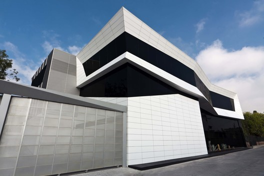 Edificio de Oficinas Total Test / Aa C+V Arquitectos