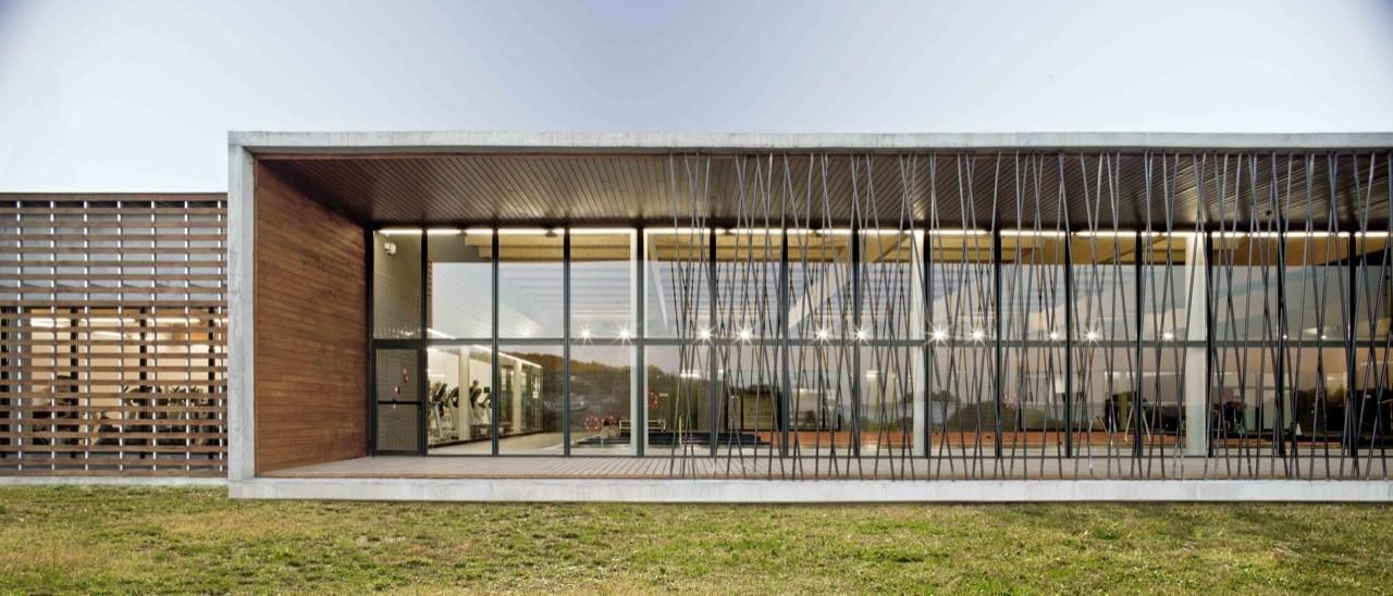 Complejo Deportivo con Piscina Cubierta / Contraluz arquitectura, © Adrià Goula