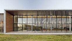 Complejo Deportivo con Piscina Cubierta / Contraluz arquitectura
