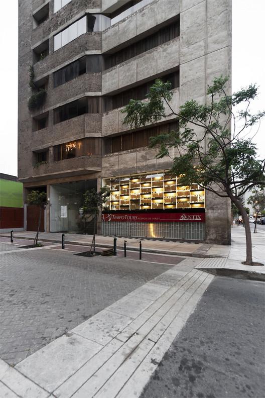 Librería Arcadia Mediática / LLONAZAMORA, © Michelle Llona R
