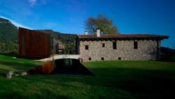 Nueva cabaña y accesos de Masia / Hidalgo Hartmann