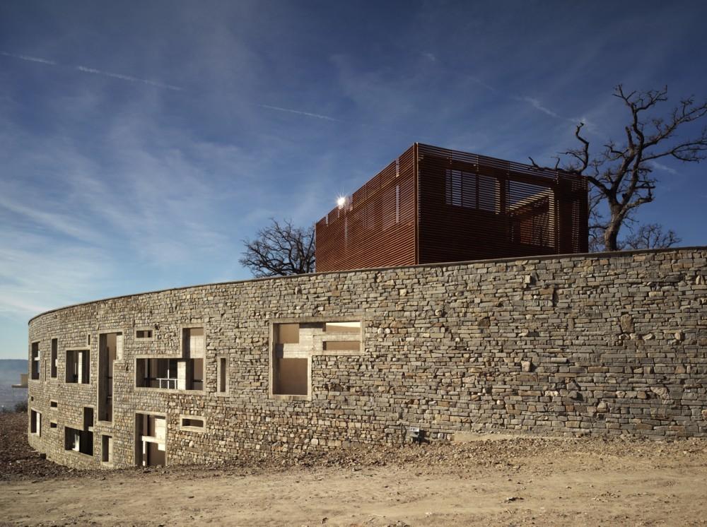 Centro de Salud y Viviendas para la Tercera Edad / IPOSTUDIO Architects