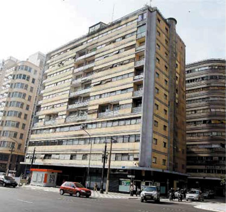 Conselho Municipal do Patrimônio diz ser contra condomínios fechados em São Paulo, Edifício Esther, primeiro edifício modernista da cidade e que precisa de restauro. Via Folha de S.Paulo