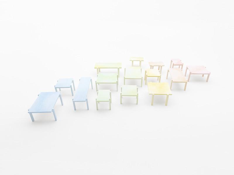 "Instalación ""colored-pencil table"" / Nendo, © Hiroshi Iwasaki"
