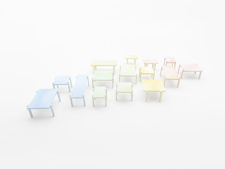 """Instalação """"colored-pencil table"""" / Nendo, © Hiroshi Iwasaki"""