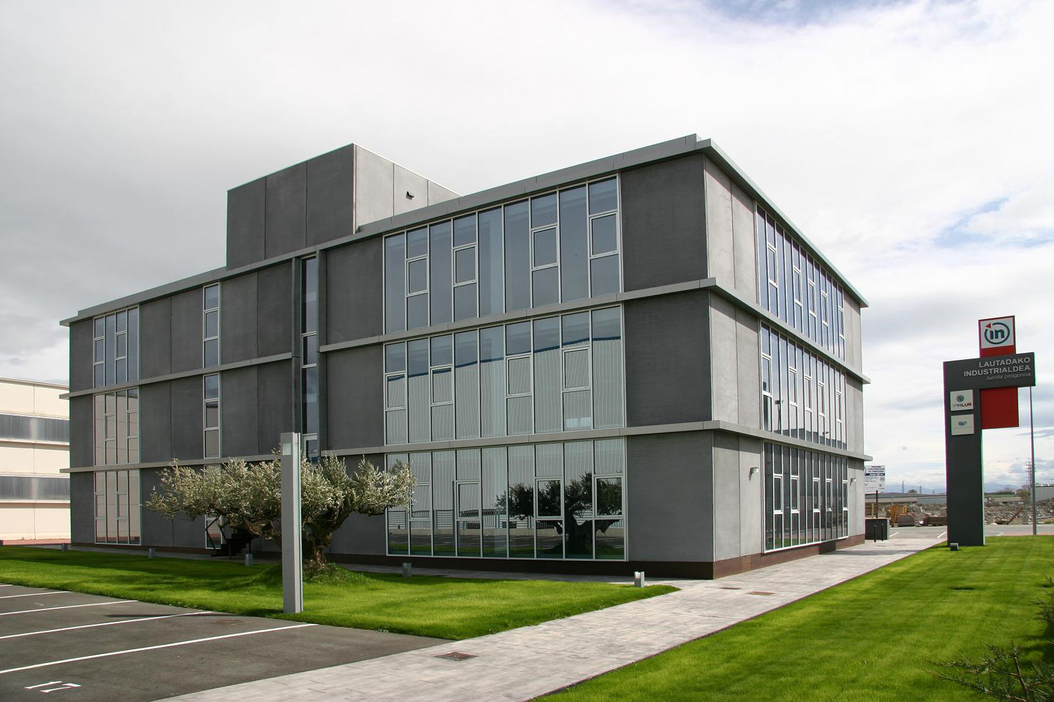 Edificio de oficinas lautadako patxi cortazar for Arquitectura de oficinas