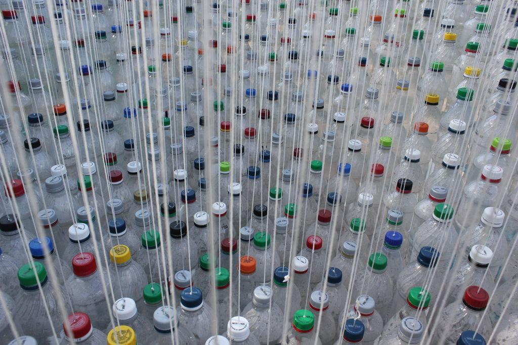 1500 botellas recicladas construyen cubierta paramétrica, diseñada por Garth Britzman