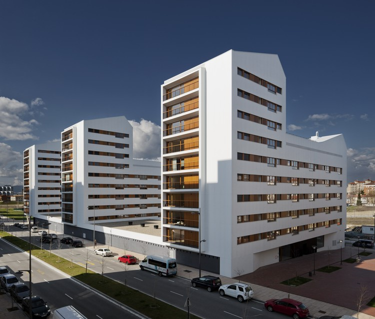 Novo conjunto habitacional de interesse social em Vitoria-Gasteiz / ACXT Arquitectos, © Aitor Ortiz