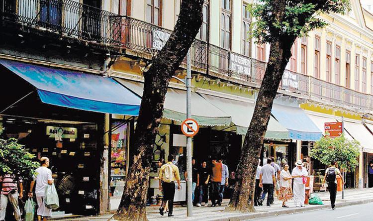 Especulação imobiliária ameaça o futuro de lojas em edifícios históricos no Rio de Janeiro, Imagem da rua da Carioca por Daniel Marenco/Folhapress via Folha de S.Paulo