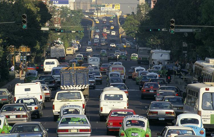 Mais urbanização e mais automóveis: O desafio de construir vias seguras, Cidade do México. © Curt Carnemark; via Flickr. Used under <a href='https://creativecommons.org/licenses/by-sa/2.0/'>Creative Commons</a>