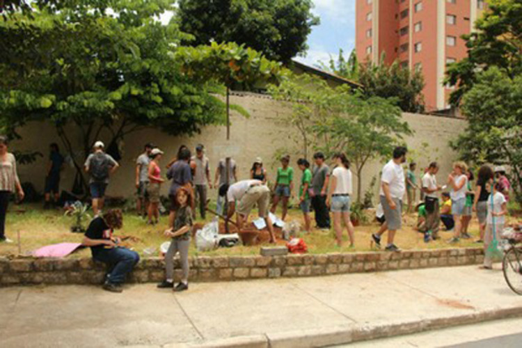 São Paulo e sua crescente agricultura urbana, Mutirão em horta da zona oeste: vizinhos interagindo e conversando sobre o bairro. Foto de Ricardo Vicenzo via Rede Brasil Atual