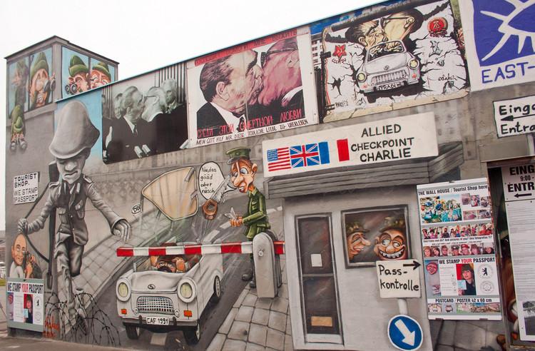 """""""East Side Gallery"""": A seção do muro de Berlim que os cidadãos não querem derrubar, Imagem via plataformaurbana.cl"""