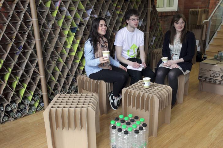Estudiantes de la Universidad de Newcastle construyen un café temporal con estructuras de cartón reciclado