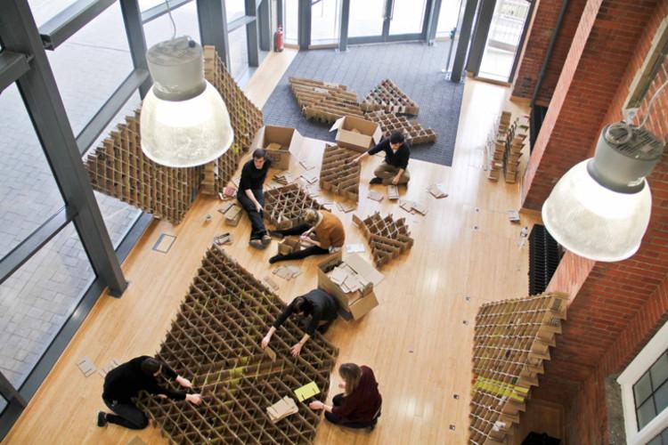 Estudantes da Universidade de Newcastle constroem um café temporário com estrutura de papelão reciclado, © Newcastle University