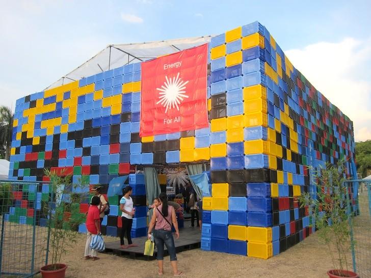 Filipinas construye edificio de botellas de plástico para educar sobre la energía renovable y el reciclaje de residuos, © Ilac Díaz