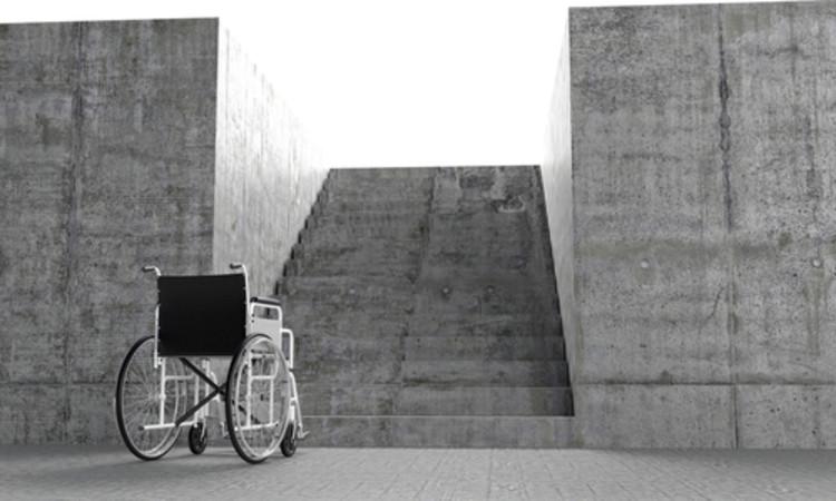 O Arquiteto e a Cidade Acessível: O Ensaio Premiado, Imagem de cadeira de rodas em frente a uma barreira. shutterstock.com